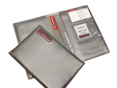 - Porta Manual de carros, confeccionado em PVC e medindo 165 x 230 mm.